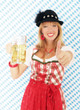 Blonde Frau in rotem Dirndl