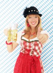 Blonde Frau in rotem Dirndl
