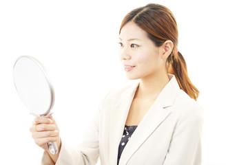 手鏡を見ている女性