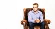 junger Mann sitzt auf Sessel