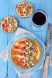 Schinkentarte mit kandierten Nüssen, Käse und Thymian
