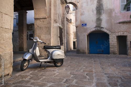 Vieux Scooter dans Rue de Bonifacio Corse - 56562255
