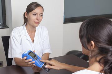 Patientin zahlt für die medizinische Behandlung
