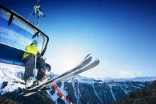 Skier implantation sur téléski - lever à la journée ensoleillée et montagne