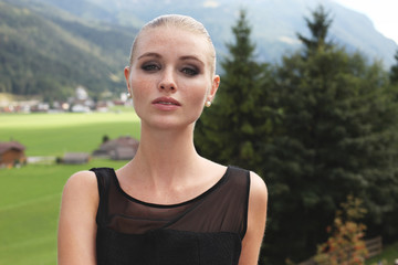 Junge Frau in den Alpen