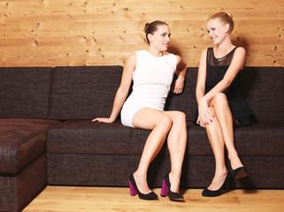 junge Frauen auf der Couch