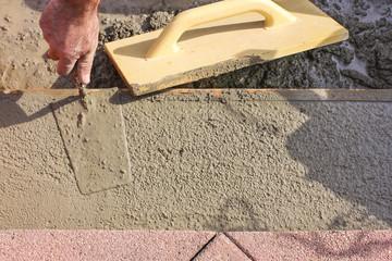 Concreting, Arbeiter beim Glätten von Betron