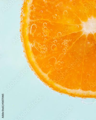 plasterek-pomaranczy-i-krople-wody