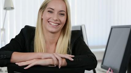 glückliche junge mitarbeiterin im büro