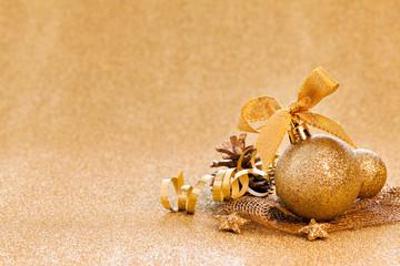Weihnachtskarte mit goldener Kugel