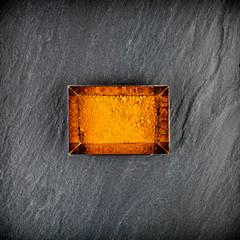 Épice safran dans un ramequin sur ardoise