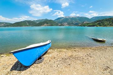 Barche diverse sul Lago del Turano