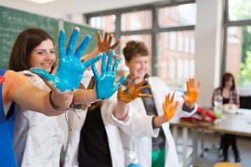 Schüler zeigen angemalte Hände