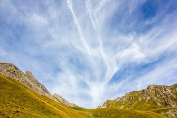 Scenario di montagna con cielo nuvoloso