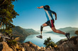Hombre lisiado saltando en la montaña - 56593455