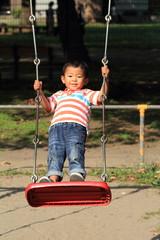 ブランコで遊ぶ幼児(4歳児)