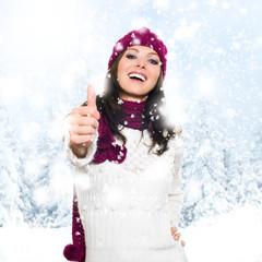 Frau mit Topdaumen im Schnee