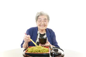 食事中の笑顔の年配者