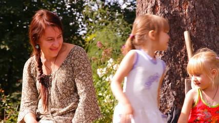 мать с двумя детьми разговаривают, смеются