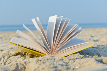 offenes Buch am Strand