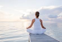 Blanke vrouw het beoefenen van yoga bij kust