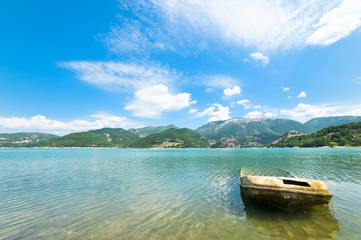 Prospettiva relitto di una barca sul lago
