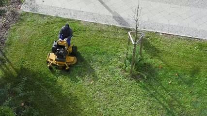 Rasen mähen,Grünanlage pflegen.