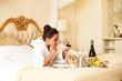 Frau bekommt Frühstück ans Bett
