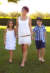 Mamma con bambini camminando al parco