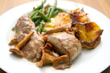 Schweinefilet mit Kartoffelgratin und Bohnen