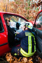 Unfall - Feuerwehr rettet Unfallopfer aus Auto