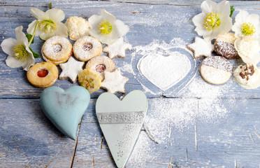 Frohe Weihnachten: Leckeres Gebäck mit Herzen und Christrosen