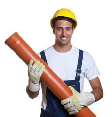 Fröhlicher Bauarbeiter mit Wasserrohr in der Hand