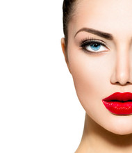Portrait de beauté. Maquillage professionnel pour brune aux yeux bleus