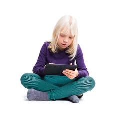 kleines Mädchen mit Tablet-Computer