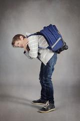 enfant portant lourd cartable