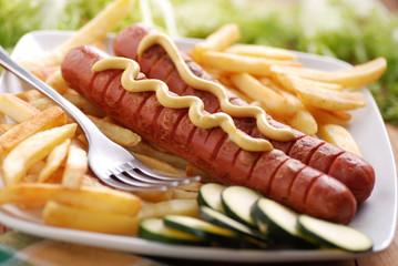 wurstel arrostiti con la senape e patate fritte