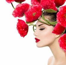 Beauté Mannequin Femme avec fleurs du pavot rouge dans ses cheveux