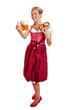 Bayrische Frau im Dirndl mit Bier und Brezel