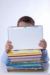 Schüler lernt mit Tablet PC