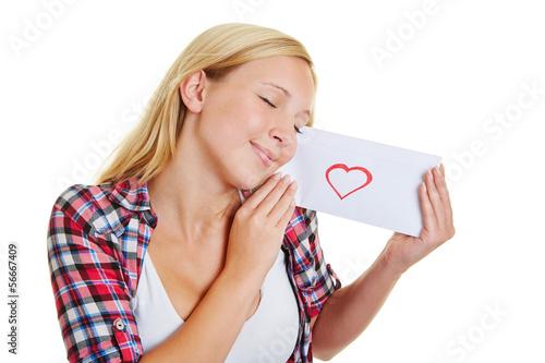 Mädchen mit geschlossenen Augen hält Liebesbrief