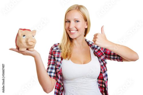 Frau mit Sparschwein hält Daumen hoch