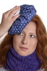 Hübsche rothaarige Frau hat Kopfschmerzen