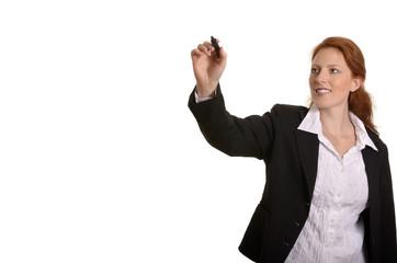 Hübsche rothaarige Geschäftsfrau schreibt mit Stift