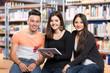 Gruppe Schüler beim Lernen