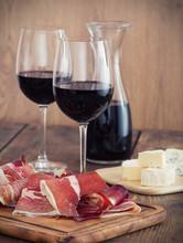 tranches de prosciutto avec du vin rouge et olives