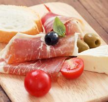 prosciutto en tranches avec du fromage olive et tomate cerise