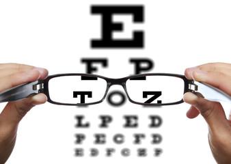 Brille in Händen vor Sehtest