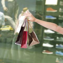manos sujetando bolsas de la compra