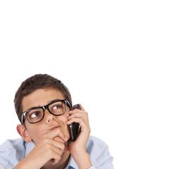 joven pensando y hablando por teléfono